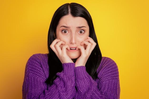 Foto de close-up linda incrível, ela, sua senhora, mordida, dedos, dentes, oh, não, desculpe, culpado, desespero, expressão, isolado, fundo amarelo