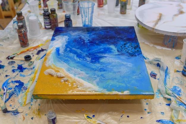 Foto de close-up. pintura abstrata colorida. peças de alta qualidade em resina epóxi. técnica de desenho a arte da resina.