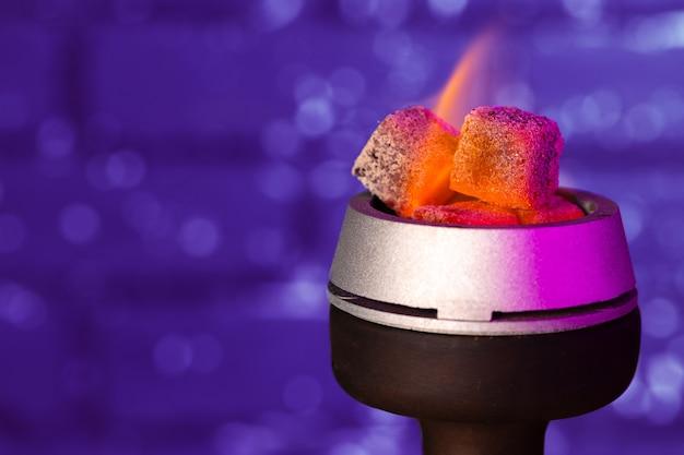 Foto de close up queimando carvão do narguilé na tigela do narguilé