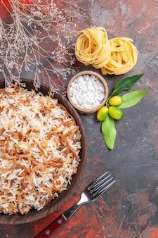 Foto de comida de prato de refeição escura vista de cima com fatias de massa no chão escuro