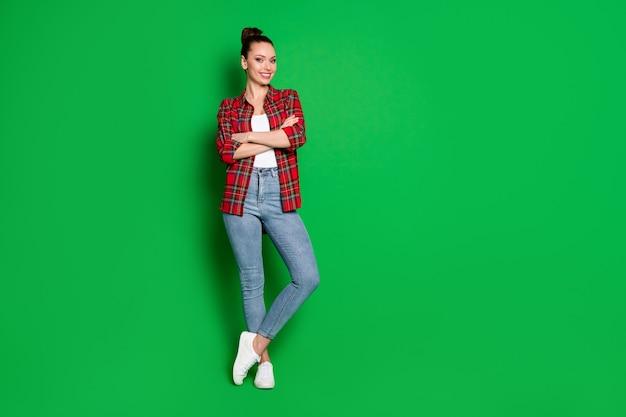 Foto de corpo inteiro de garota especialista otimista líder de negócios usando roupas de estilo casual cruzadas mãos prontas para decidir solução de decisão de trabalho isolada sobre fundo de cor brilhante