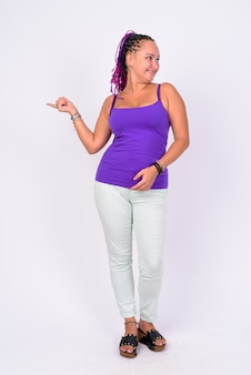 Foto de corpo inteiro de mulher rebelde feliz apontando para o lado e olhando para longe