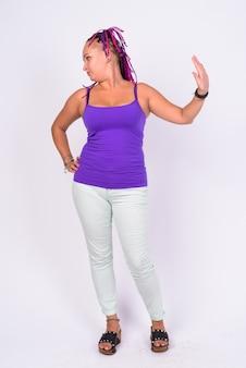 Foto de corpo inteiro de mulher rebelde mostrando gesto de pare e olhando para longe