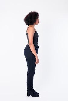 Foto de corpo inteiro de perfil de jovem e bela mulher africana