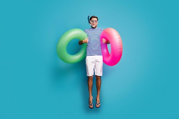 Foto de corpo inteiro de um cara maluco funky, salto alto natação máscara de água tubo dois rosa verde bóia salva-vidas usar shorts camisa listrada de marinheiro flip-flops isolado cor azul