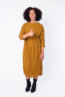 Foto de corpo inteiro de uma bela jovem africana feliz dando o polegar para cima