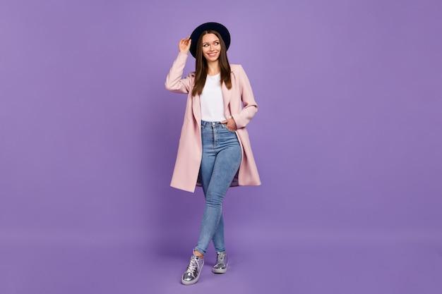 Foto de corpo inteiro de uma garota atraente e charmosa olhar copyspace tente atrair um cara bonito no outono fim de semana feriado caminhada usar sapatos modernos isolados sobre o fundo de cor violeta