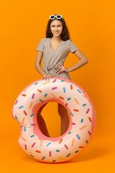 Foto de corpo inteiro de uma jovem alegre e positiva com pele bronzeada e cabelo comprido e solto