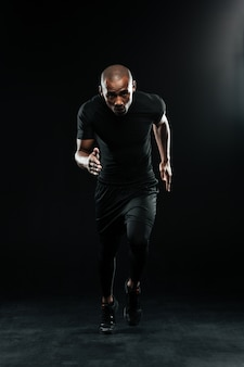 Foto de corpo inteiro do afro americano correndo