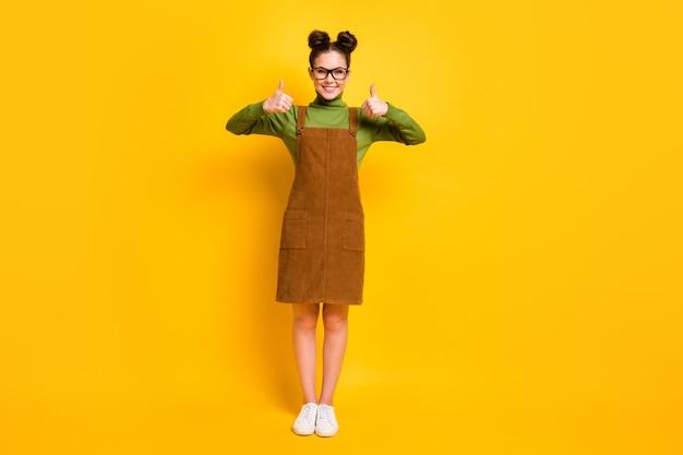 Foto de corpo inteiro, garota alegre, aproveite a promoção de anúncios excelentes, recomendo, escolha decidir mostrar sinal de polegar para cima