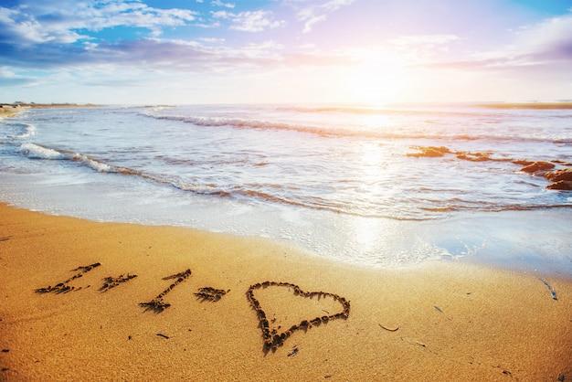 Foto de criança desenhada na areia na costa atlântica