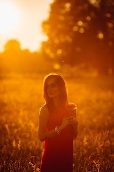 Foto, de, deslumbrante, senhora, em, vestido vermelho, ficar, em, dourado, verão, campo