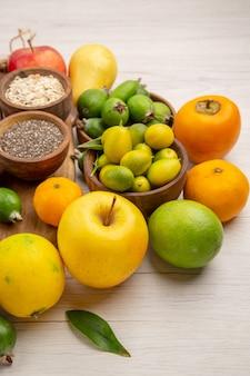 Foto de dieta suave exótica de cor madura tropical em vista frontal composição de frutas no fundo branco