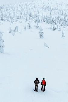 Foto de drone de fotógrafos de paisagem caminhando na lapônia, finlândia