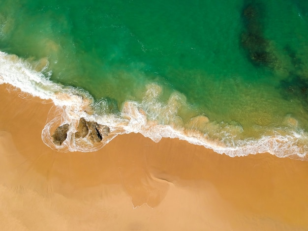 Foto de drone de praia tropical com pedras
