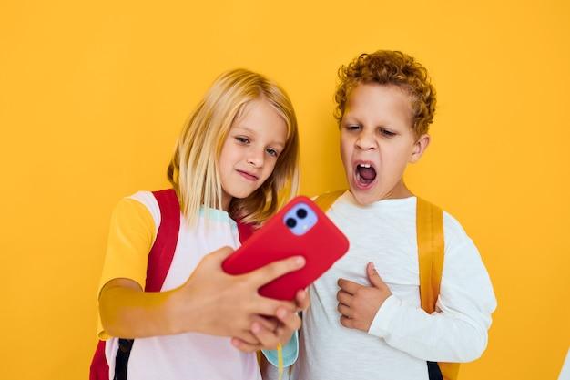 Foto de duas crianças pequenas, menina, telefone, selfie, careta, diversão, estúdio, educação, conceito