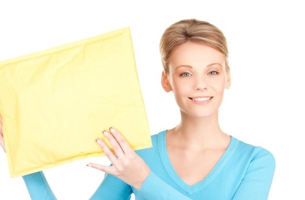 Foto de empresária com pacote sobre branco