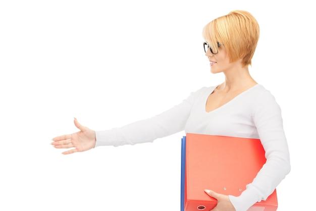 Foto de empresária com pastas prontas para aperto de mão