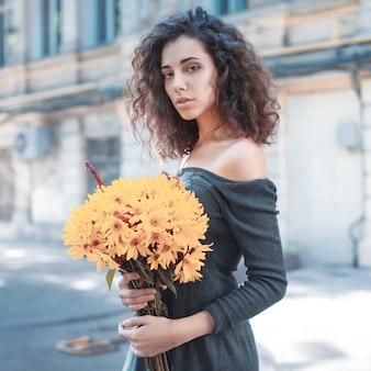 Foto de estilo de moda de uma jovem mulher