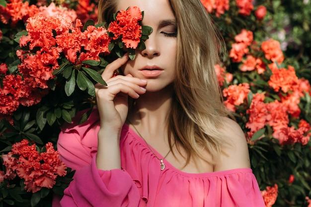 Foto de estilo de moda de uma mulher de primavera