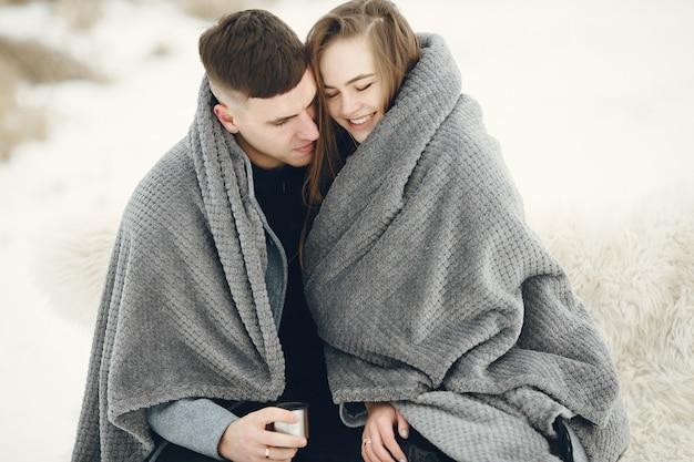 Foto de estilo de vida de casal no bosque nevado. pessoas passando as férias de inverno ao ar livre.