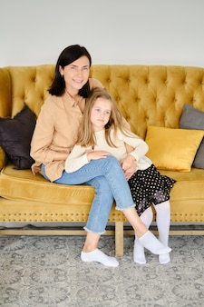 Foto de estilo de vida de mãe e filha em casa