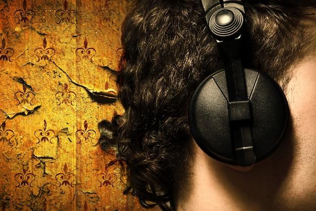 Foto de estilo urbano do homem com fones de ouvido ouvindo música