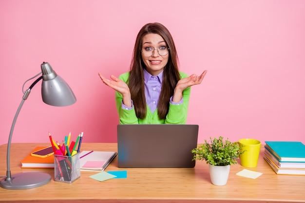 Foto de estudante culpada sentar mesa erro conceito de projeto usar camisa verde isolada fundo de cor pastel