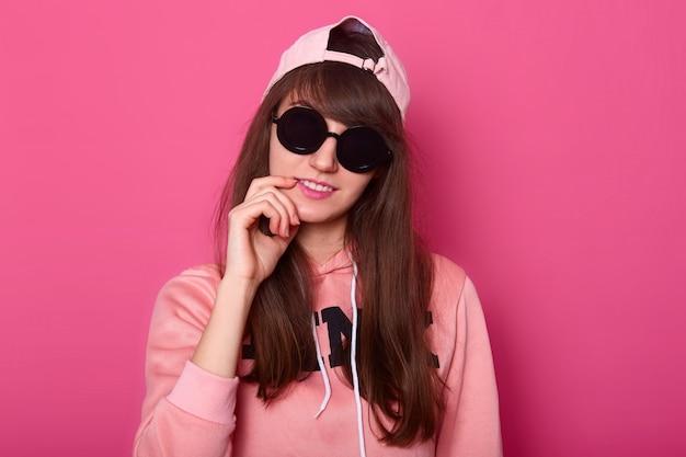 Foto de estúdio de adolescente bonita morena atraente