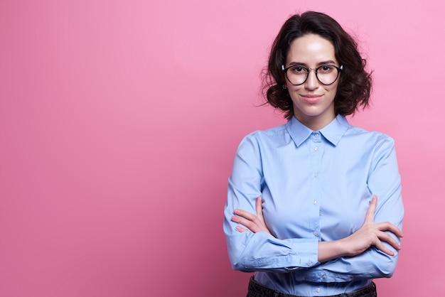 Foto de estúdio de boa aparência professor feminino inteligente,