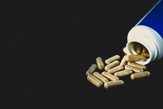 Foto de estúdio de comprimidos em cápsulas transparentes e caixa