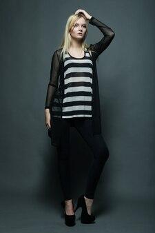Foto de estúdio de corpo inteiro de uma linda modelo em fundo cinza