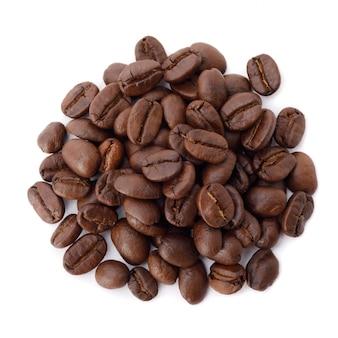 Foto de estúdio de grãos de café torrados isolado