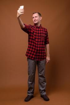 Foto de estúdio de homem em marrom