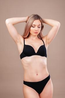 Foto de estúdio de moda da linda mulher sexy, com cabelos loiros