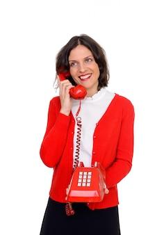 Foto de estúdio de mulher feliz falando ao telefone, isolada contra um fundo branco