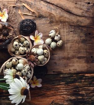 Foto de estúdio de ovos em um fundo preto de madeira
