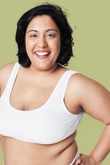 Foto de estúdio de roupas esportivas de mulher curvilínea atraente
