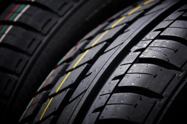 Foto de estúdio de um conjunto de pneus de carro de verão. iluminação contrastante