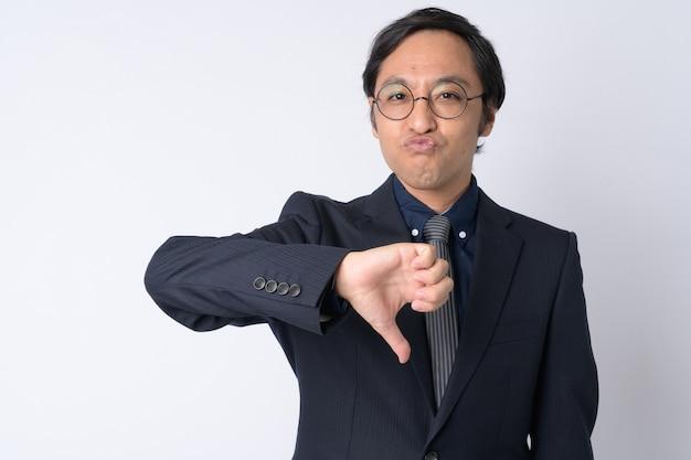 Foto de estúdio de um empresário japonês vestindo terno contra um fundo branco