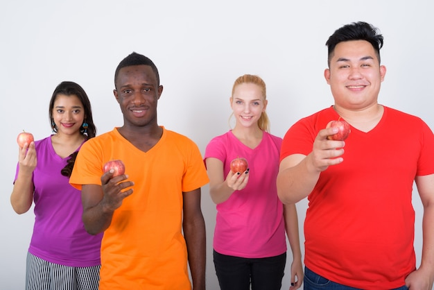 Foto de estúdio de um grupo diversificado de amigos multiétnicos sorrindo