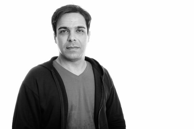 Foto de estúdio de um homem persa bonito isolado, preto e branco