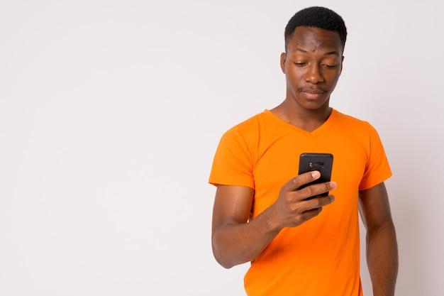Foto de estúdio de um jovem africano bonito com cabelo afro contra um fundo branco