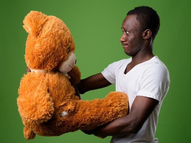 Foto de estúdio de um jovem africano contra um fundo verde