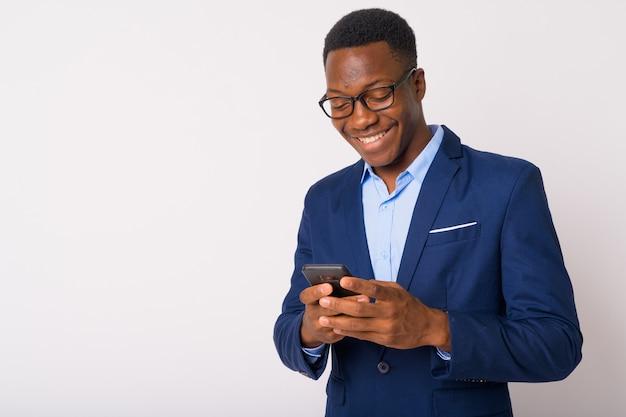 Foto de estúdio de um jovem empresário africano bonito com cabelo afro contra um fundo branco