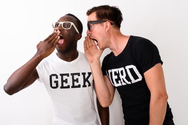 Foto de estúdio de um jovem negro africano geek ouvindo e olhando