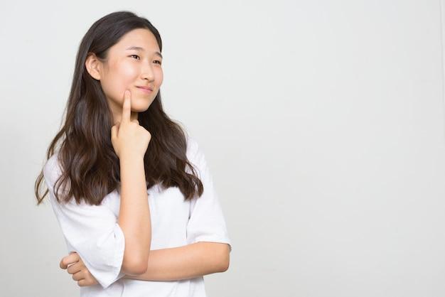 Foto de estúdio de uma bela jovem coreana contra um fundo branco