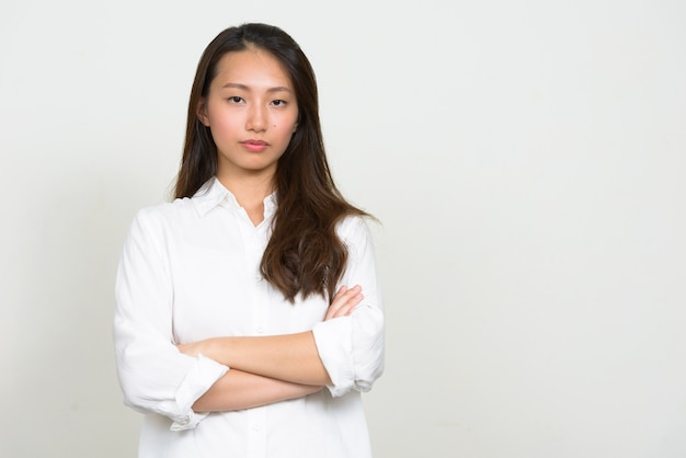 Foto de estúdio de uma bela jovem empresária coreana contra um fundo branco