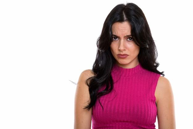 Foto de estúdio de uma bela jovem espanhola parecendo chateada