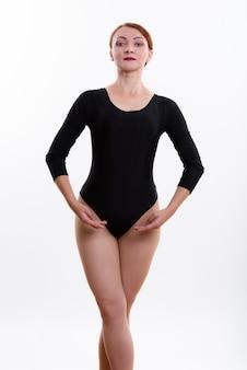 Foto de estúdio de uma dançarina de balé posando isolada contra um fundo branco